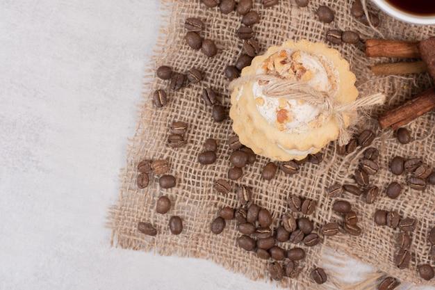 Pila di biscotti di farina d'avena con chicchi di caffè.