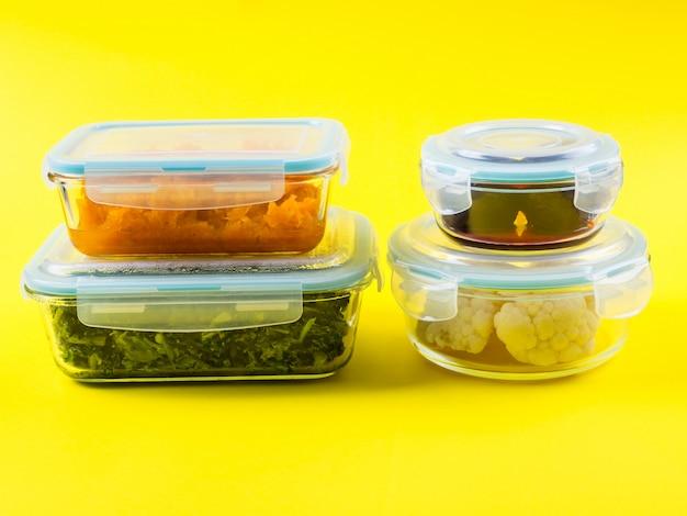 Стек герметичных стеклянных контейнеров с приготовленной пищей