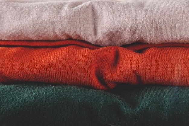 トレンディな色のミニマリストベーシックワードローブの秋のベーシックなレディースタートルネックのスタック