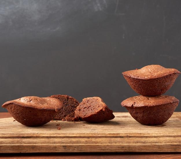焼きたてのブラウニーのスタックラウンドブラウンの木製ボード上のケーキ