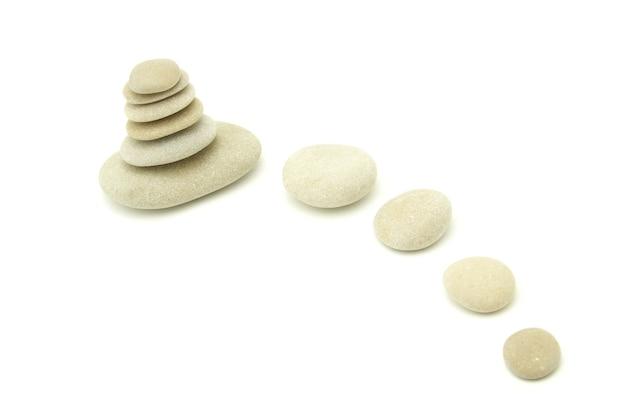 Стек сбалансированных камней на белом