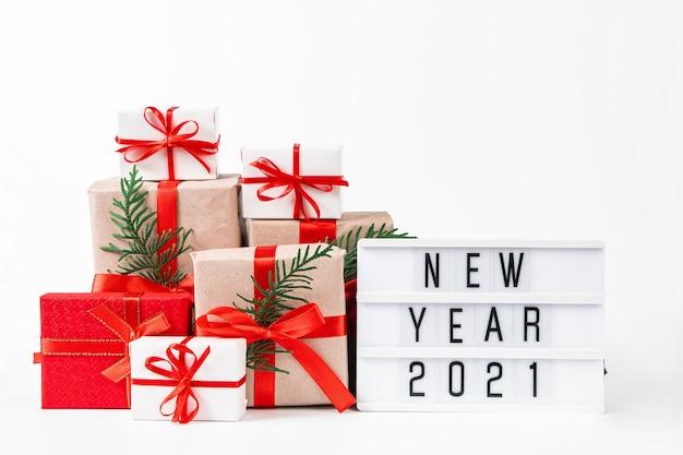 흰색 바탕에 아름 다운 선물 상자 스택. 축제 새 해 개념입니다.