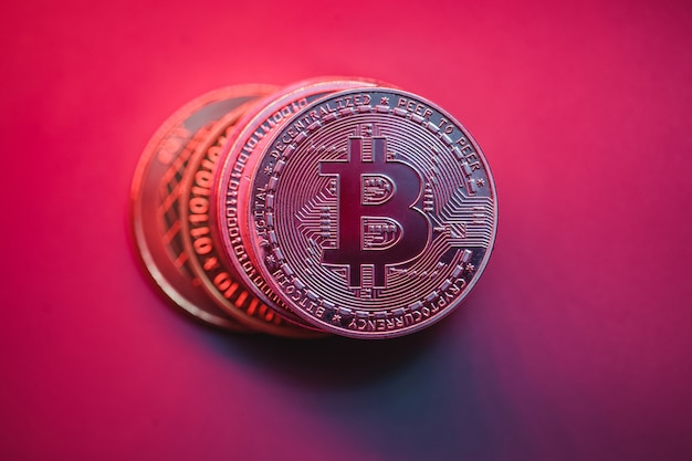 밝은 배경에 bitcoins의 스택입니다. 주식 시장의 경제 위기. 프레젠테이션 용 사진