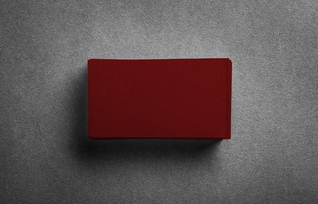 회색에 빈 진한 빨간색 명함의 스택.