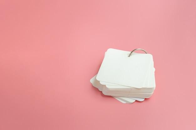 분홍색 배경에 빈 플래시 카드의 스택