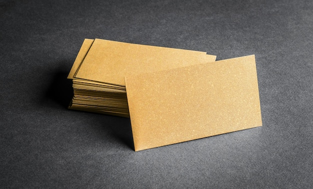 회색에 빈 황금 명함의 스택입니다. 빈 이름 카드.