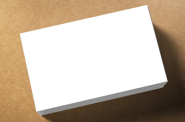 茶色の背景に空白の名前カードのスタック