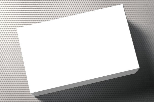 灰色の背景に空白の名前カードのスタック
