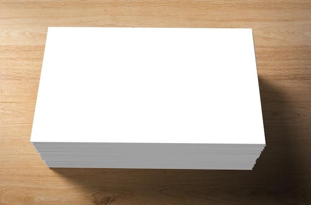 木製の背景に空白の名前カードのスタック