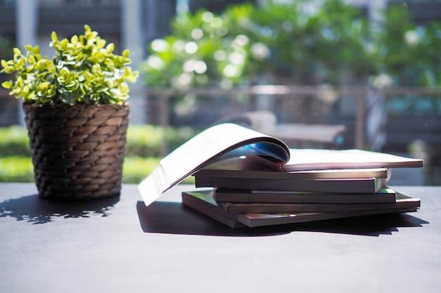 本の積み重ねとテーブルに置く装飾的な木図書館で