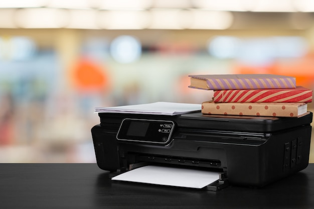 흐릿한 배경에 대한 책과 가정용 프린터 스택