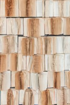本の背景のスタック。多くの本が山積み。