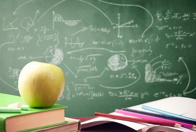교실에서 책의 스택입니다. 학교 개념으로 돌아가기