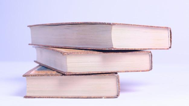파란색 배경에 books.isolated의 스택입니다. 복사 공간이 있는 사진
