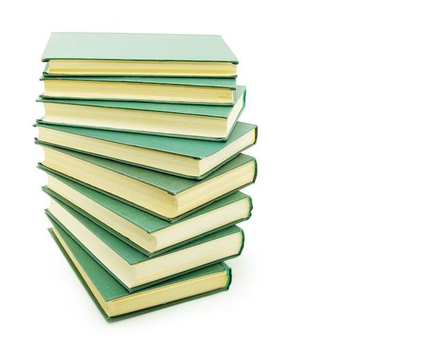 白い背景の上に分離された本のスタック