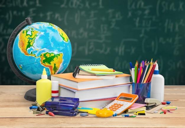 Стопка книг на столе для возвращения в школу