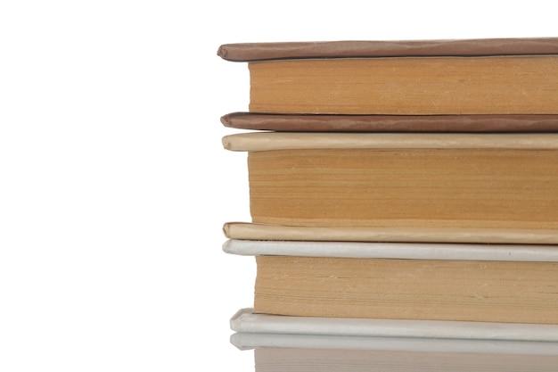 Стопка книг на белом фоне изолированных. старые книги. образование. школа. учиться