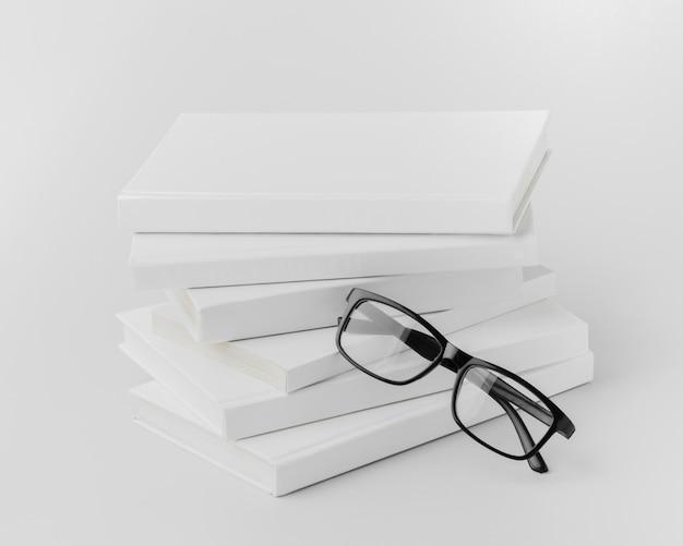 メガネを机の上の本のスタック