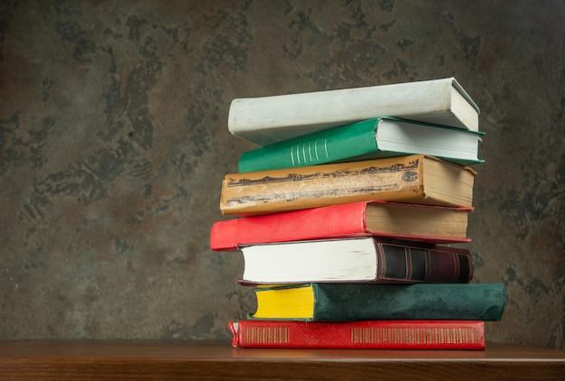 テーブルの上の本のスタック