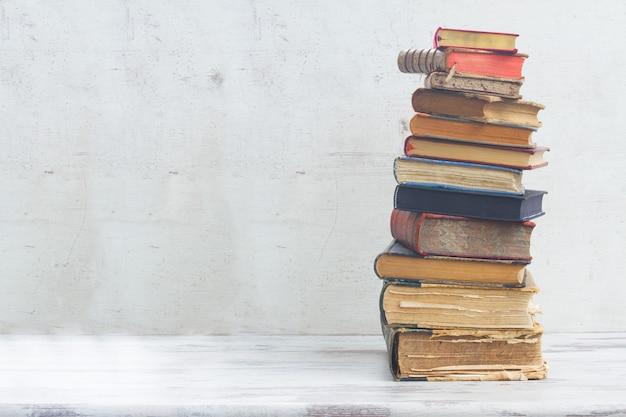 Стопка книг на белом деревянном