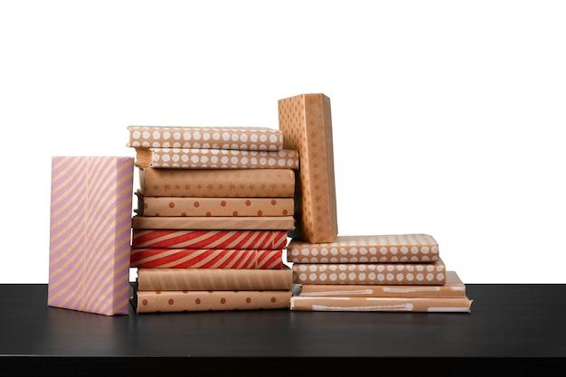 白い背景の上の木製のテーブルの上の本のスタック