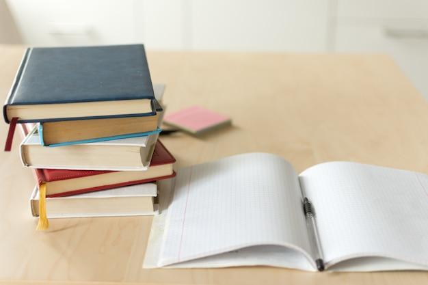 木製のテーブルの本のスタック。