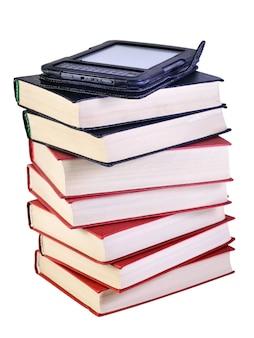흰색 배경에 격리된 전자 책이 있는 책 더미