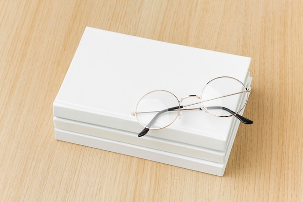 眼鏡の本のスタック