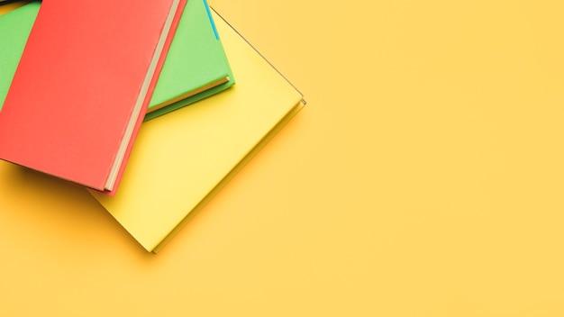 Стопка книг с яркими обложками