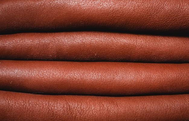 Стек из коричневой кожаной одежды