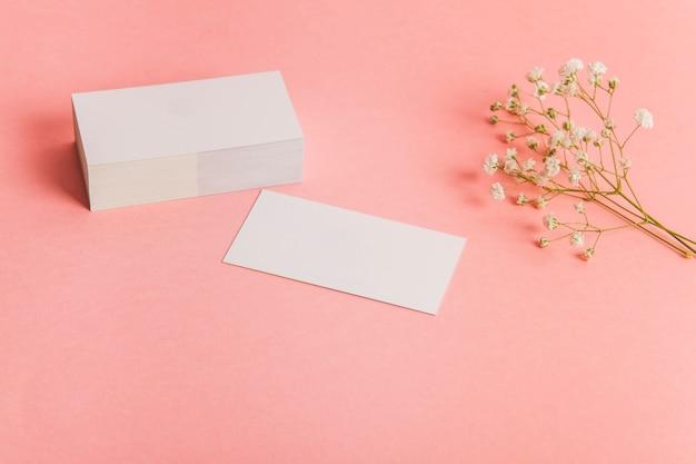 Стек визиток и цветов