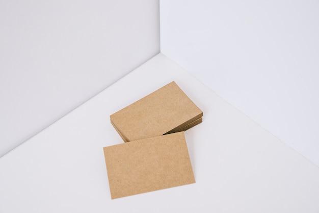 段ボールで作られた名刺のスタック