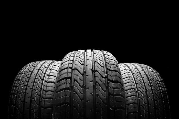 Стек автомобильных шин на черном фоне
