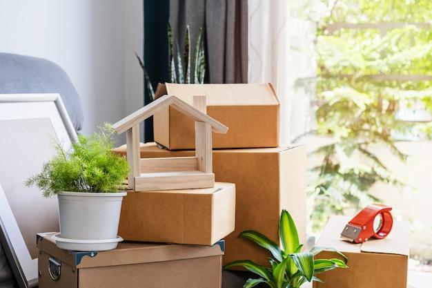 Стек картонных коробок в гостиной в новом доме в день переезда