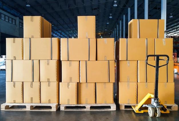 木製パレット上の段ボール箱のスタック。貨物輸送および配送倉庫
