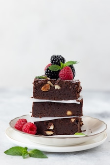 ラズベリーとブラックベリーのチョコレートブラウニーのスタック