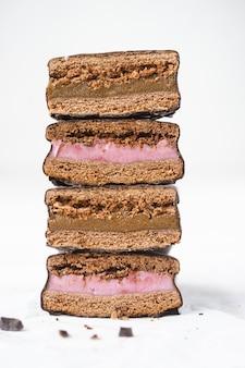 チョコレートのスタックは詰め物でクッキーをカバーしました。サンドイッチビスケット。