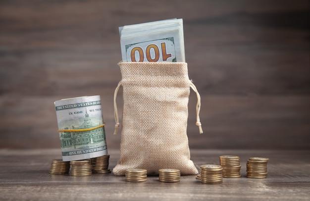 コインとお金の袋のスタック。ファイナンス。保存します。経済