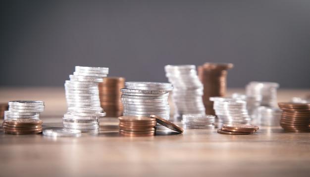 テーブルの上のコインのスタック。仕事。ファイナンス