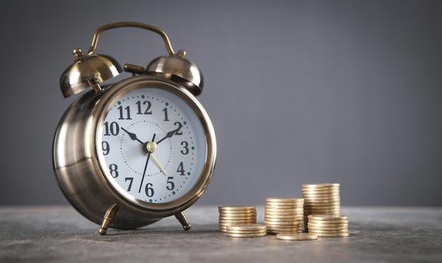 目覚まし時計付きコインのスタック。