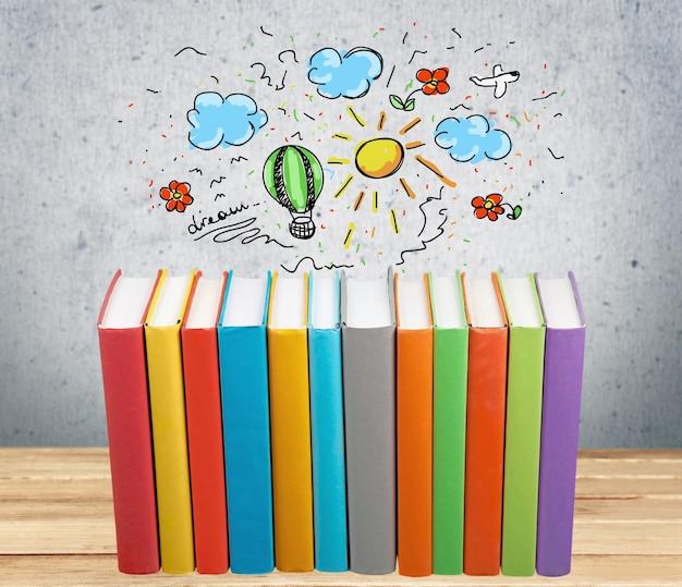Стопка красочных книг на фоне
