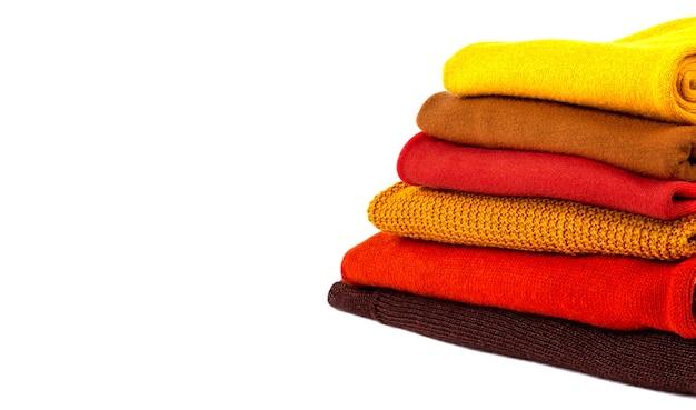 흰색 절연 다채로운 접힌 스웨터의 스택