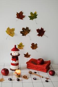 Стопка красочных льняных полотенец или куча текстильных салфеток на кухонном столе осеннее украшение дома