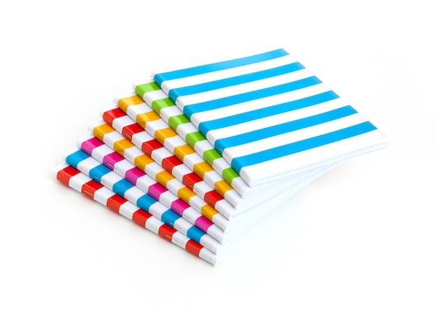 다채로운 노트북 흰색 배경에 고립의 스택