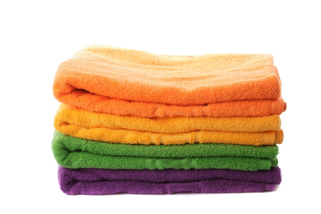 Стек красочные полотенца, изолированные на белом фоне