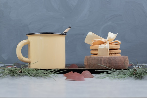Стек печенья и чашка чая на мраморном столе. фото высокого качества