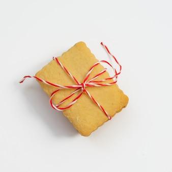 赤白のリボンで結ばれたクッキーのスタック、クローズアップ。