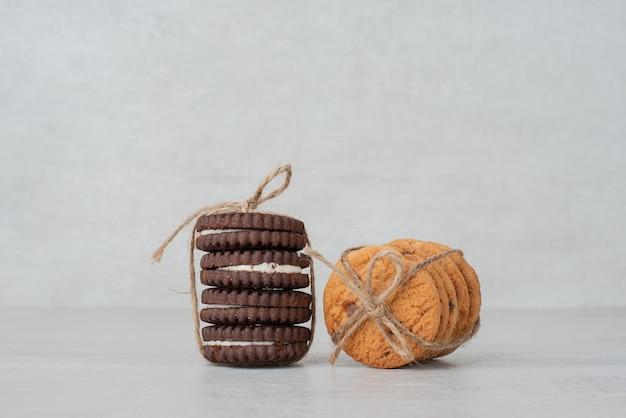 白いテーブルの上にロープで結ばれたクッキーのスタック。