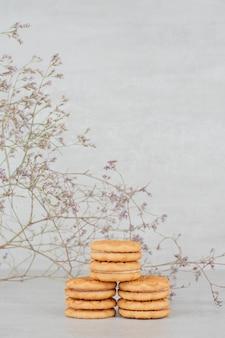 흰색 표면에 크림과 함께 쿠키의 스택