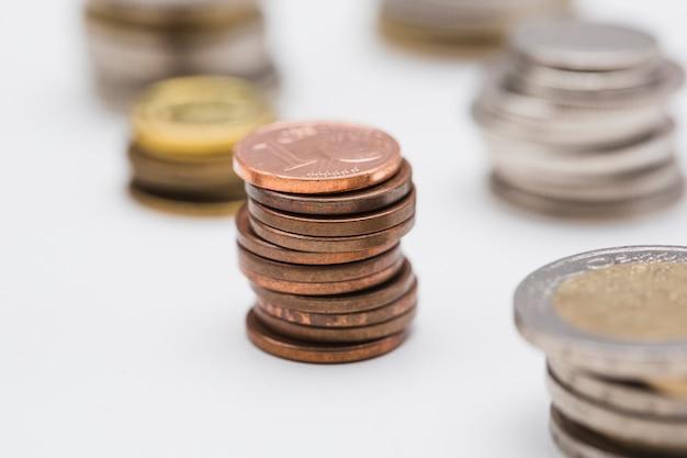 Стек медных монет на белом фоне